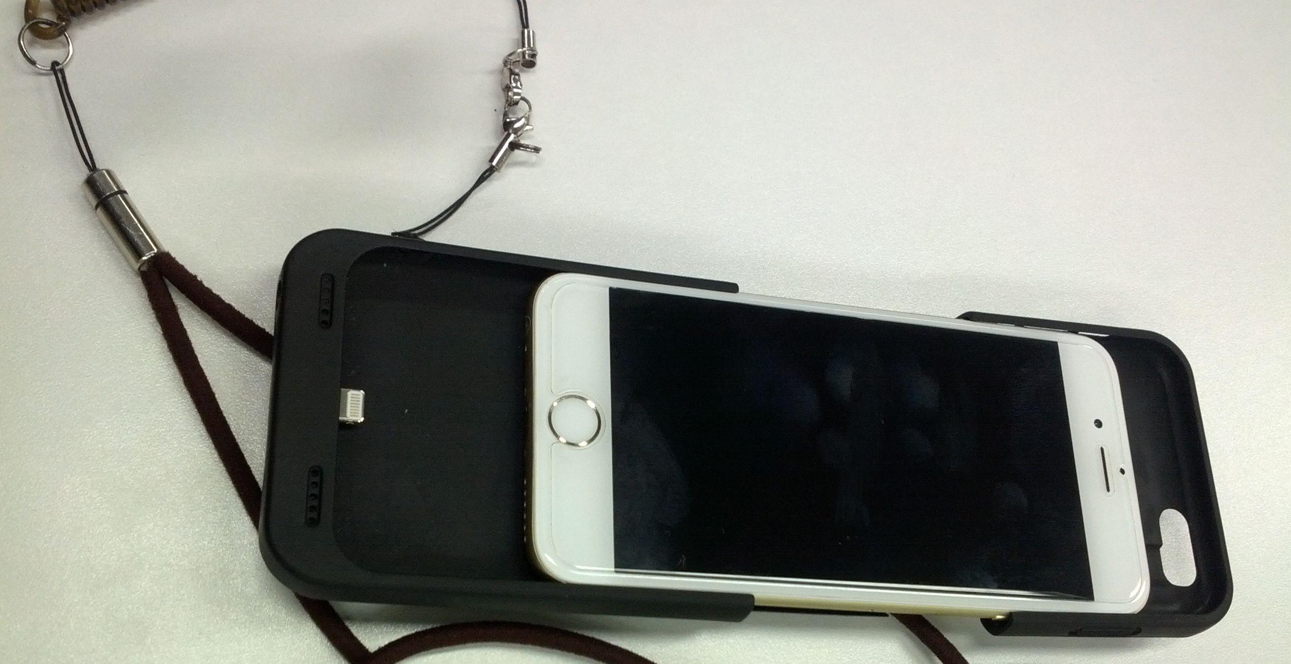 iPhone6バッテリケースに少し加工を加えて落下対策紐を装着してます